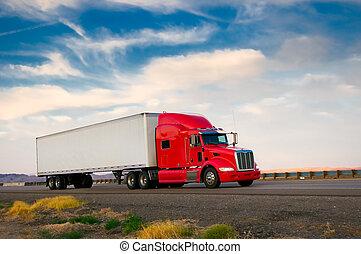 Roter Truck fährt auf einem Highway