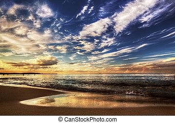 Ruhiger Ozean unter dem dramatischen Sonnenuntergang