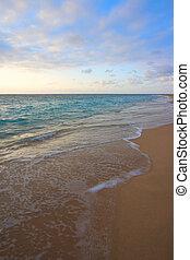 Ruhiger Ozean während des tropischen Sonnenaufgangs