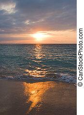Ruhiges Meer und Strand am tropischen Sonnenaufgang.