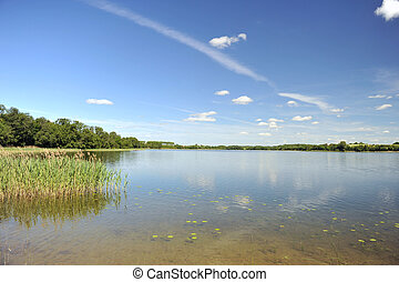 Ruhiges Wasser des Sees