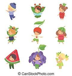 Süße kleine Kinder, die Beerenkostüme tragen, süße Jungs und Mädchen Zeichentrickfiguren in Karnevalskleidung Vektor Illustration.