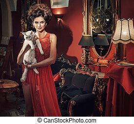 Samtfrau in der luxuriösen Wohnung.