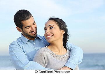 sandstrand, liebe, paar, glücklich, beiläufig, araber, streicheln