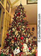 Santa und Geschenke unter einem dekorierten Weihnachtsbaum