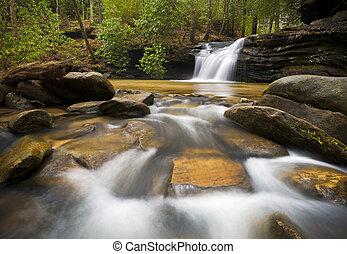 SC-Wasserfall-Landschaftsfotografie der blauen Bergkamm-Gebirge entspannt das Naturbild mit fließendem Wasser