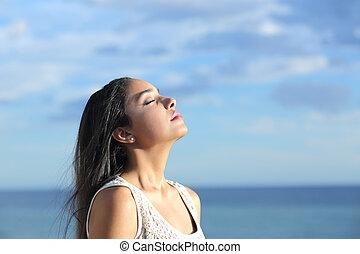 Schöne Araberin, die frische Luft am Strand atmet.