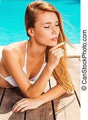 schöne , beibehaltung, frau, pool., junger, freizeit, bikini, geschlossene, poolside, weißes, augenpaar, tag, liegen