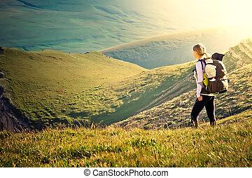schöne , berge, frau, lebensstil, wandern, sommer, rucksack, bergsteigen, begriff, hintergrund, reisender, sport, landschaftsbild