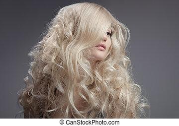Schöne blonde Frau. Locker lange Haare