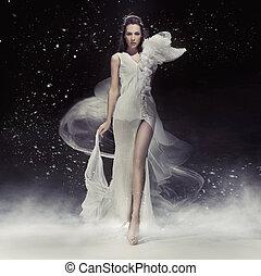 Schöne Brünett-Dame in weißem Kleid.