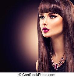 Schöne Brünette mit gesundem langen Haar.