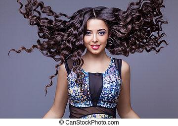 Schöne Brünette mit gesundem langen Haar