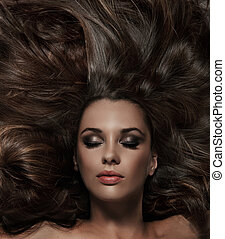 Schöne Brünette mit langen Haaren