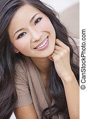 Schöne chinesische orientalische Asiatin lächelnd