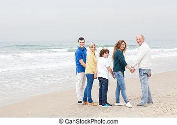 Schöne Familie am Strand.