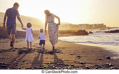 Schöne Familie am tropischen Strand.