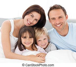 Schöne Familie, die zusammen sitzt