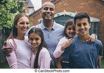 Schöne Familie draußen
