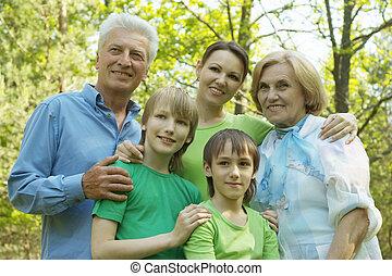 Schöne Familie im Sommerpark.