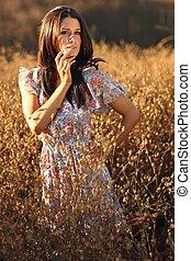 Schöne Frau auf einem Feld im Sommer