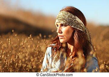 Schöne Frau auf einem Feld im Sommer.