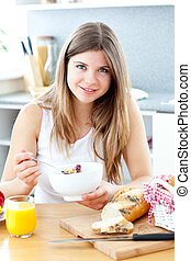 Schöne Frau, die Frühstück isst