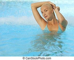 Schöne Frau entspannt sich im Pool