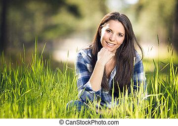 Schöne Frau im Gras.