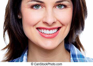 Schöne Frau lächelt.