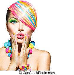 Schöne Frau mit bunten Make-up, Haaren, Nägeln und Accessoires.