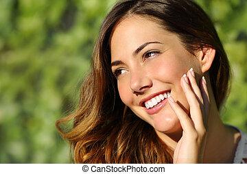 Schöne Frau mit einem perfekten Lächeln und einem weißen Zahn.