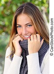 Schöne Frau mit einem weißen, perfekten Lächeln im Winter.