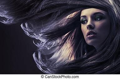 Schöne Frau mit langen braunen Haaren, im Mondlicht