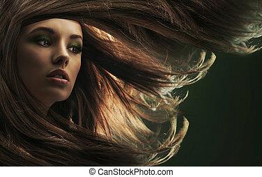 Schöne Frau mit langen braunen Haaren
