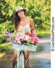 Schöne junge Frau auf dem Fahrrad.
