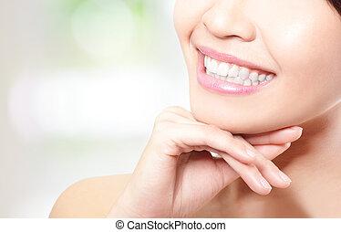 Schöne junge Frau, die Zähne schließen