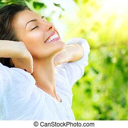 Schöne junge Frau draußen. Genieß die Natur