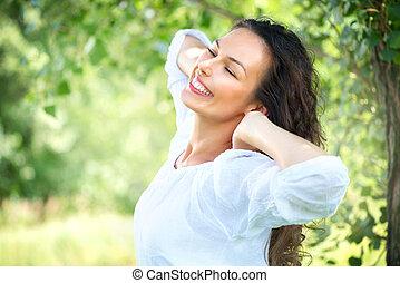 Schöne junge Frau im Freien. Genießen Sie die Natur