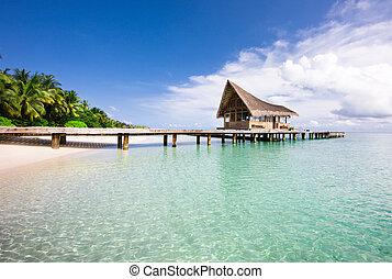 Schöne Landschaft am Strand mit den Wasservillen.