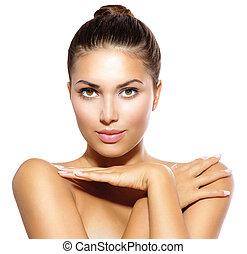 Schöne Model-Mädchen, die Kamera ansieht. Skin Care Konzept