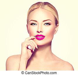 Schöne Model-Mädchen mit blonden Haaren.