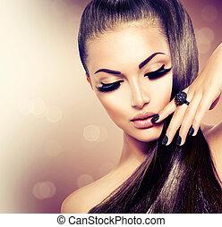 Schöne Model-Mädchen mit langen, gesunden braunen Haaren.