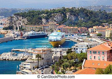 Schöner Hafen mit großen Kreuzfahrtschiffen, Frankreich, Europa. Cote d'azur.