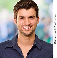 Schöner junger Mann lächelt