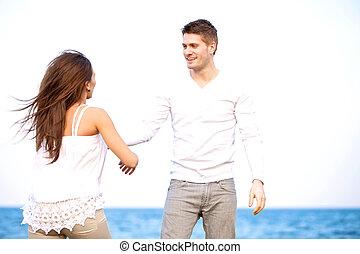 Schöner Kerl mit seiner Freundin, der draußen genießt.