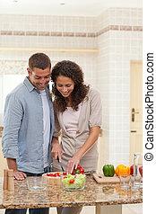 Schöner Mann, der mit seiner Freundin kocht
