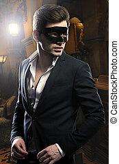 Schöner Mann mit Maske.