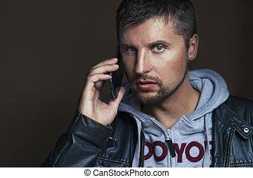 Schöner Mann mit Telefon.
