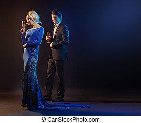 Schöner Mann und die Frau tragen das Abendkleid.